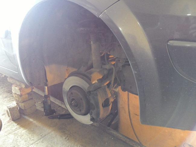 Снятое правое колесо доступ к стартеру Рено Меган 2