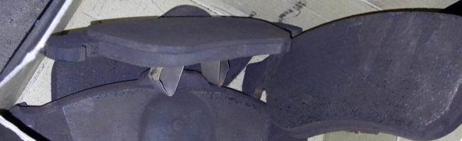 Старые задние тормозные колодки на Рено Дастер