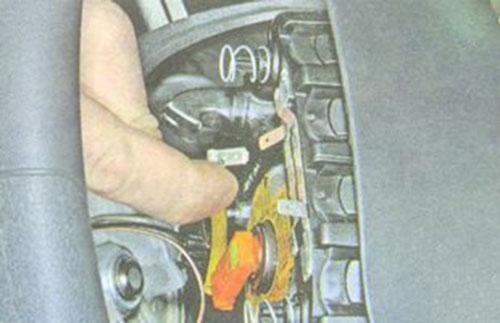Демонтаж минусовой клеммы звукового сигнала рулевого колеса Лада Гранта