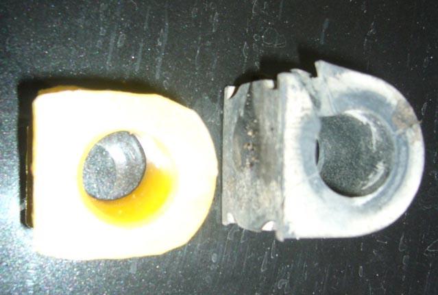 Старая (справа) и новая (слева) втулка стабилизатора на Рено Дастер