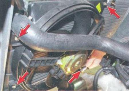 Нахождение крепежных болтов радиатора охлаждения Лада Калина