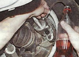 Слив тормозной жидкости в бутылку из под кока-колы