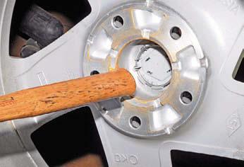 Снимаем колесо и декоративный колпачок Рено Дастер