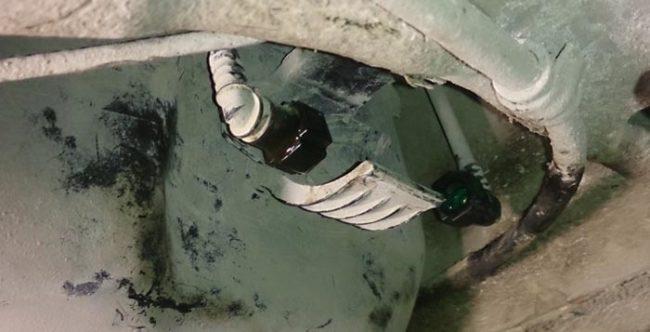 Демонтировали старый топливный фильтр Лада Калина
