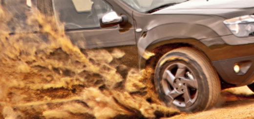 Рено Дастер газует в пыли на полном приводе