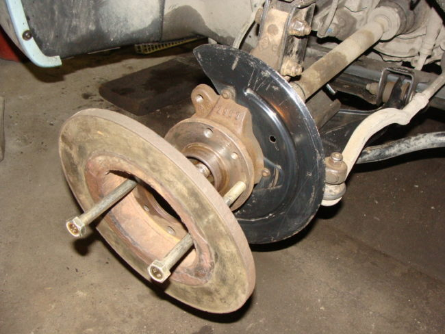 Два болта для снятия ступицы с колеса Рено Дастер