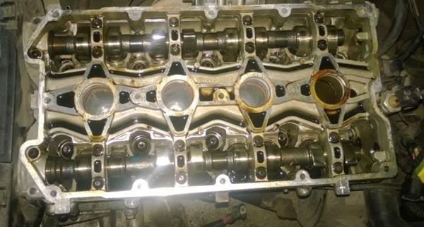 Внутренности двигателя Лада Калина видны следы масла