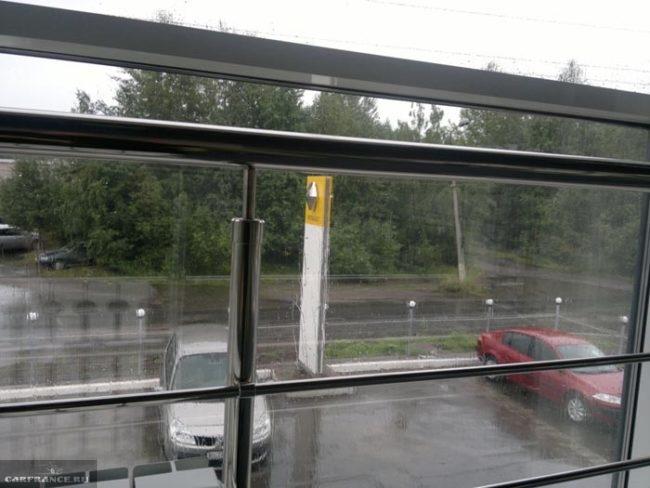 Вид из окна клиентской зоны дилера Рено