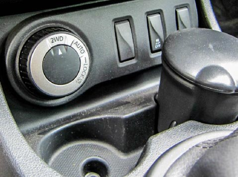 "Кнопка электромуфты в режиме ""2WD"" Рено Дастер"