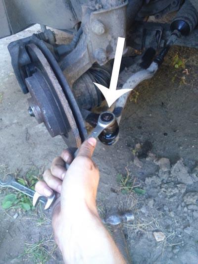 Ослабляем болт и пробуем вытащить палец рулевой тяги Рено Логан