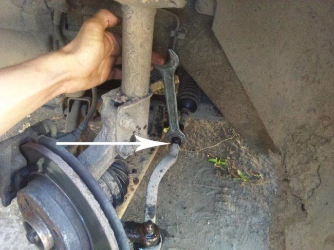 Ослабление крепления тяги и рулевого наконечника Рено Логан