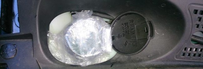 Пакет и резинка на крышке омывателя Рено Логан