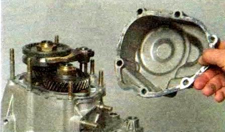 Демонтируем крышку КПП Лада Гранта