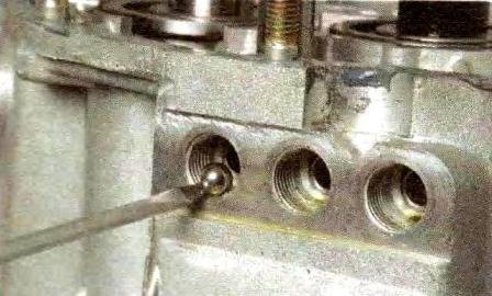 Извлекаем магнитной отверткой шарики фиксаторов КПП