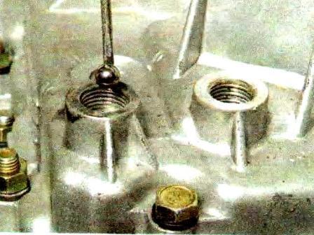 Используя магнит, вынимаем шарик фиксатора КПП Лада Гранта