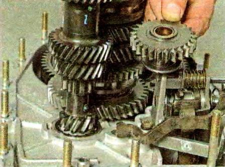 Отворачиваем три болта крепления механизма переключения передач КПП