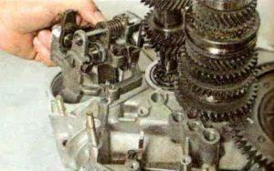 Снимаем механизм переключения передач КПП
