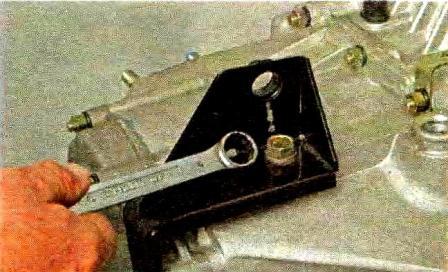 Отворачиваем болт крепления кронштейна троса привода выключения сцепления КПП Лада Гранта
