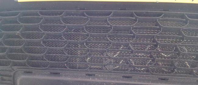 Установленная сетка в решётку радиатора на Рено Дастер