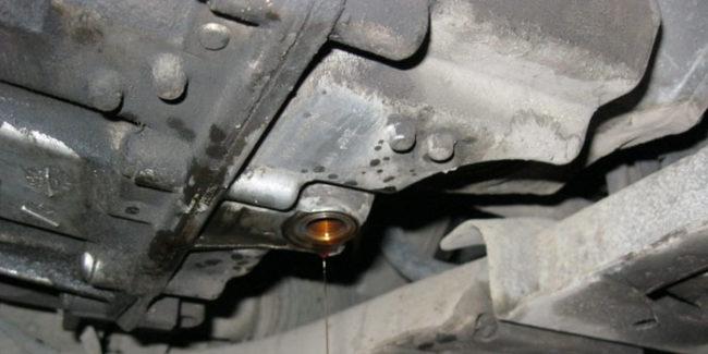 Сливаем старое масло с АКПП рено Меган 2