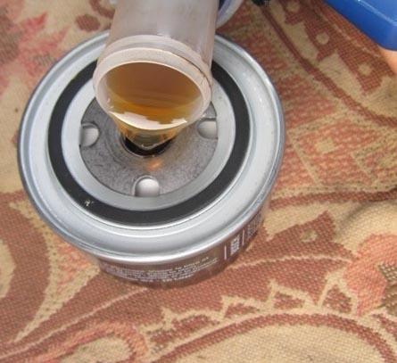 Смазываем новый масляный фильтр тем же маслом
