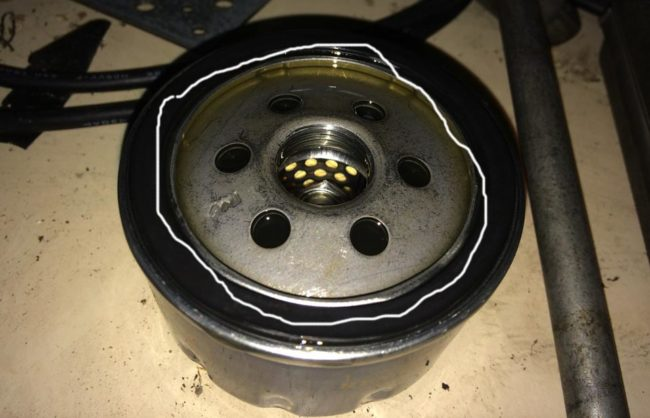 Смазываем уплотнительное кольцо масляного фильтра маслом Рено Дастер