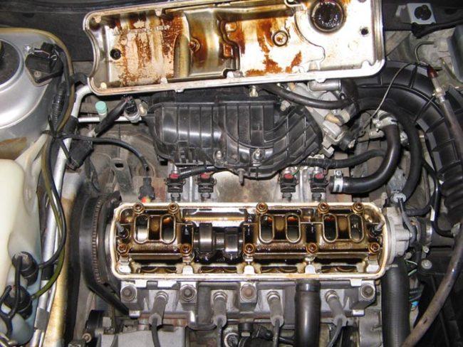 8-ми клапанный двигатель со снятой крышкой Лада Калина