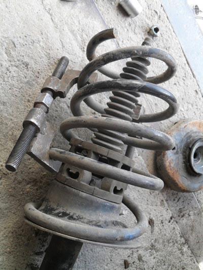 Стойка с пружиной снятая для демонтажа опорного подшипника Рено Логан