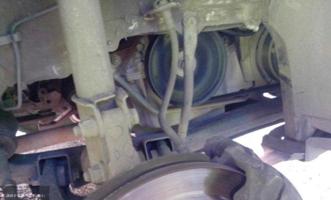 Снимаем сбоку защиту двигателя