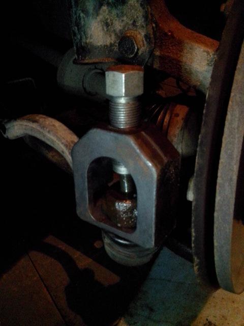 Снимаем рулевой наконечник с шаровой опоры Рено Дастер