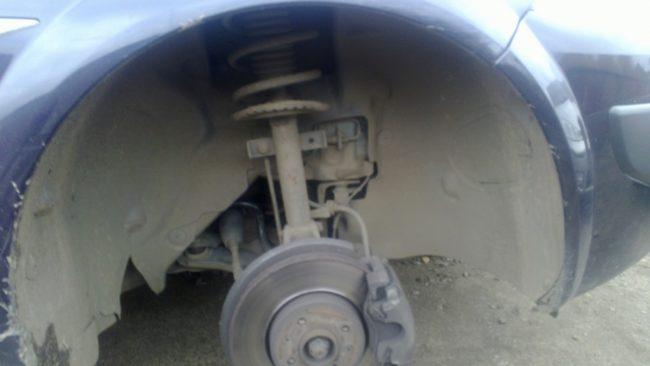 Сняли колесо на Рено Меган 2 переднее правое