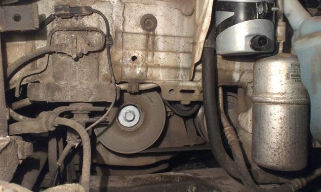 Снятое колесо и подкрылок для доступа к ремню генератора Рено Меган 2