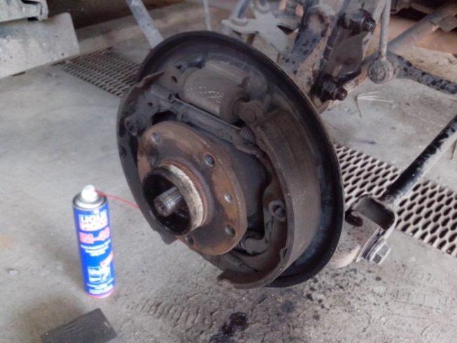Снятие тормозного барабана заднего колеса на Рено Дастер