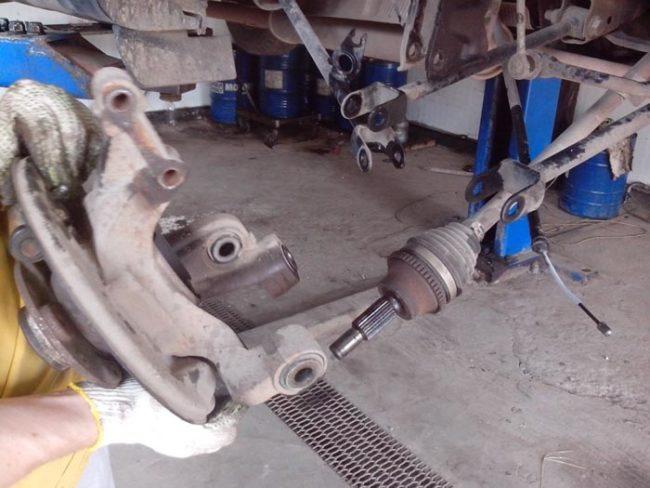 Снятие задней ступицы с кузова Рено Дастер