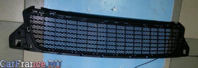Снятая заводская решётка радиатора с новой припаянной сеткой на Рено Дастер