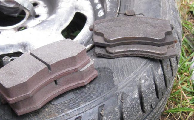 Старые и новые передние тормозные колодки на Лада Калина
