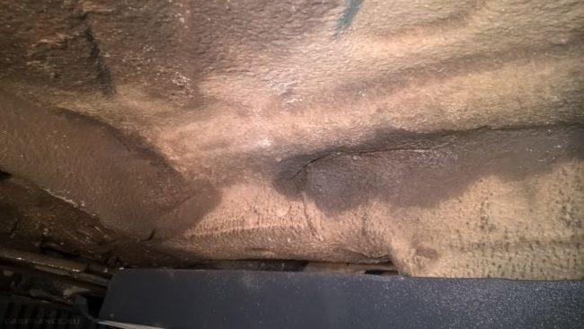 Трещина в антикороззийной обработке днища Рено Дастер