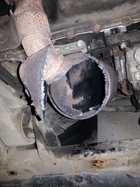Вскрытый катализатор на автомобиле