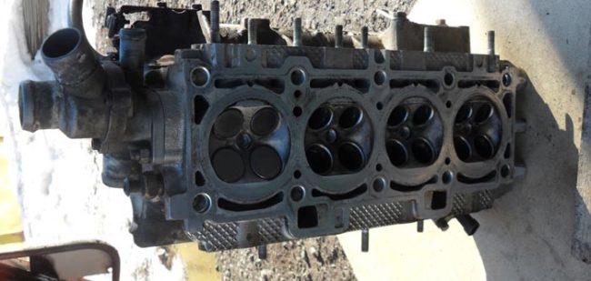 4 клапана слева установлены в двигатель Лада Калина
