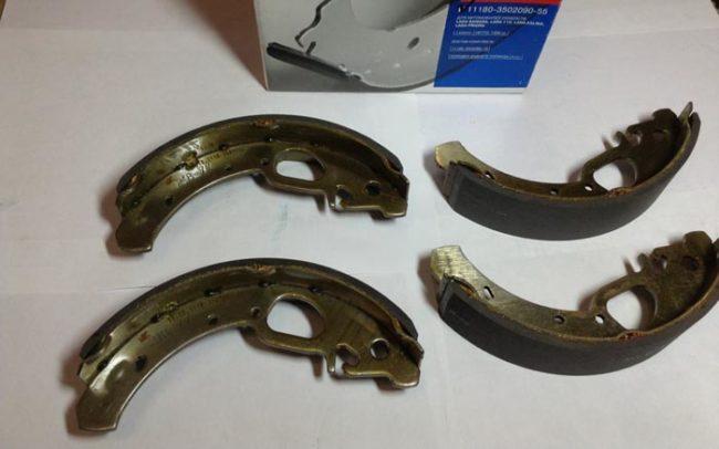 Упаковка и оригинальные задние тормозные колодки на Лада Калина
