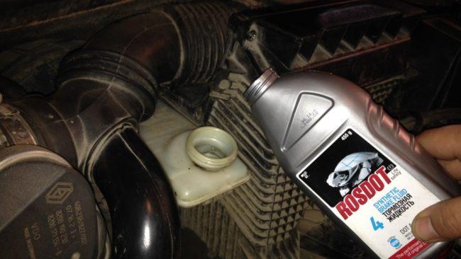 Жидкость в тормозную систему на Рено Меган 2