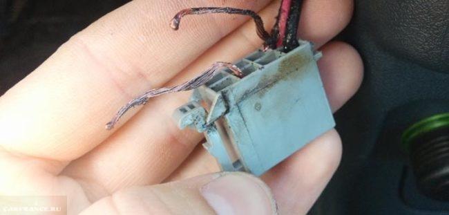 Замыкание проводов в магнитоле фишка оплавилась Рено Логан