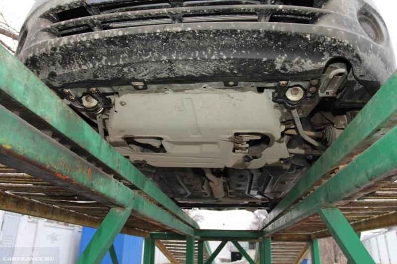 Калина на подъемнике перед снятием защиты двигателя