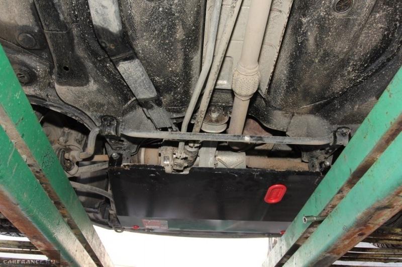 Задний вид смонтированной защиты двигателя Калина