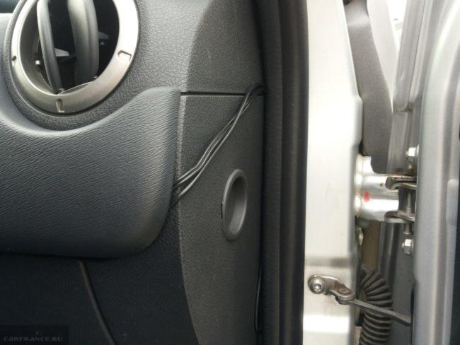 Провода видеокамеры на торпедо Дастера