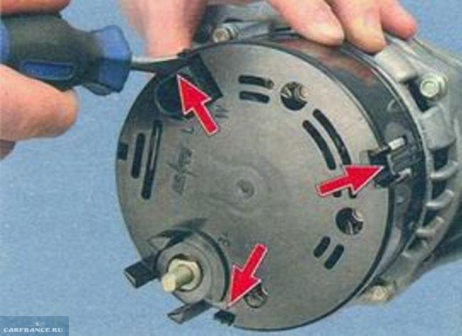 Выкрутить крепежные винты крышки генератора Калина