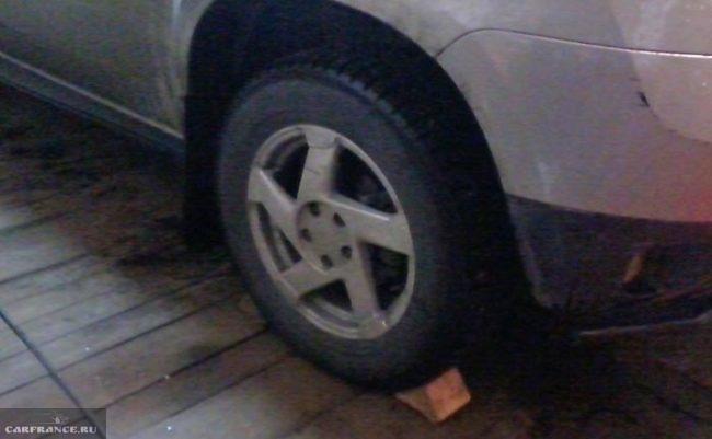 Башмак под задним колесом Рено Дастер