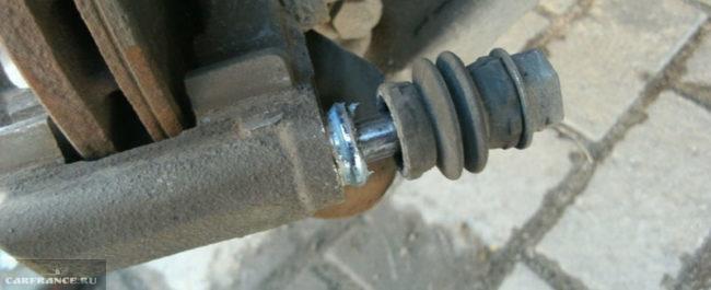 Демонтаж пальца крепления тормозного суппорта Лада Ларгус