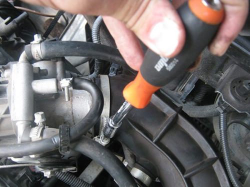 Отверткой необходимо раскрутить, а затем снять воздуховод воздушного фильтра Калина
