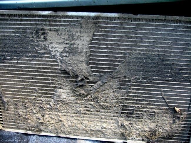 Наружный вид грязного радиатора охлаждения Калина